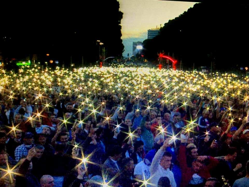 Spektakël dritash në protestën e opozitës