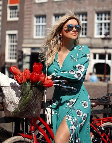 """""""Magjia"""" e Amsterdamit! Moderatorja shqiptare, """"vallëzim-solo"""" nëpër fushat me tulipanë! Foto"""