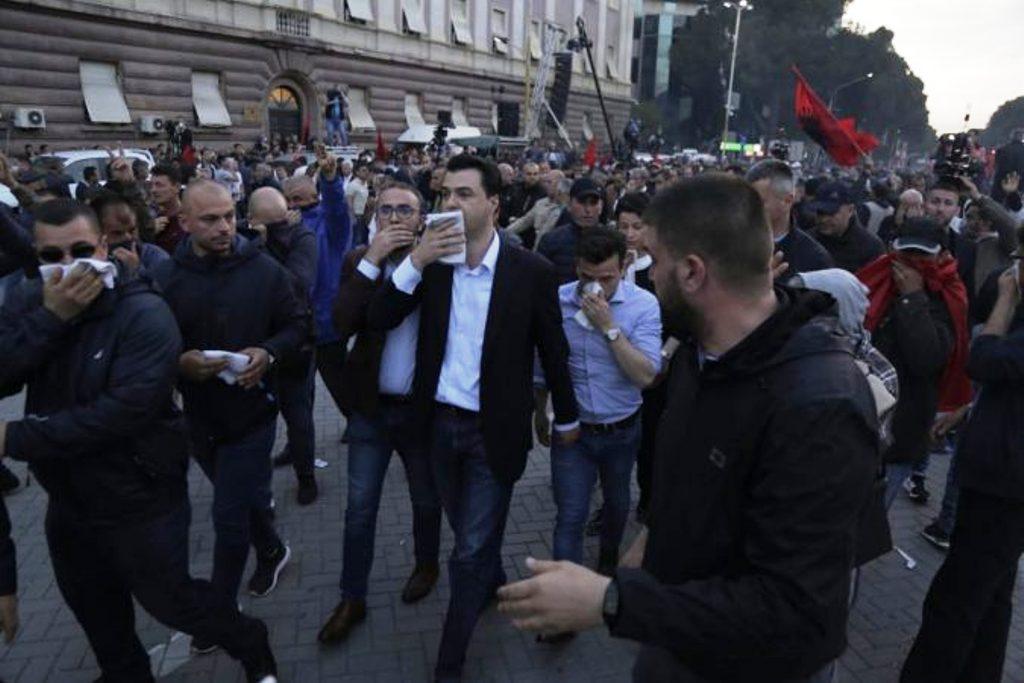 """Policia hedh gaz lotsjellës, Basha ndërpret fjalimin dhe i shoqëruar nga protestuesit """"braktis"""" sheshin"""
