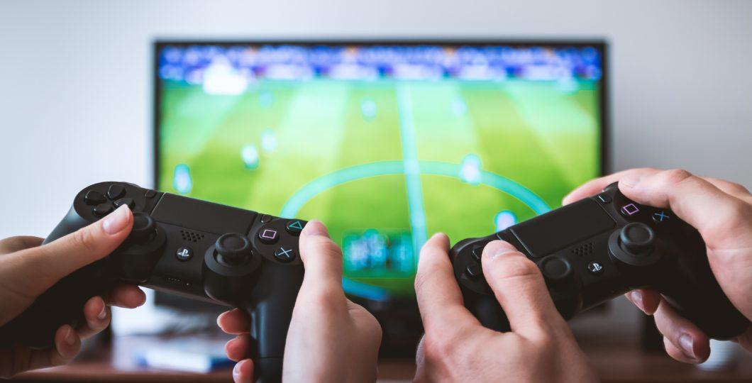 KRIM I TMERRSHËM/ I nxehur se humbi një video-lojë, babai përplas për vdekje beben e porsalindur