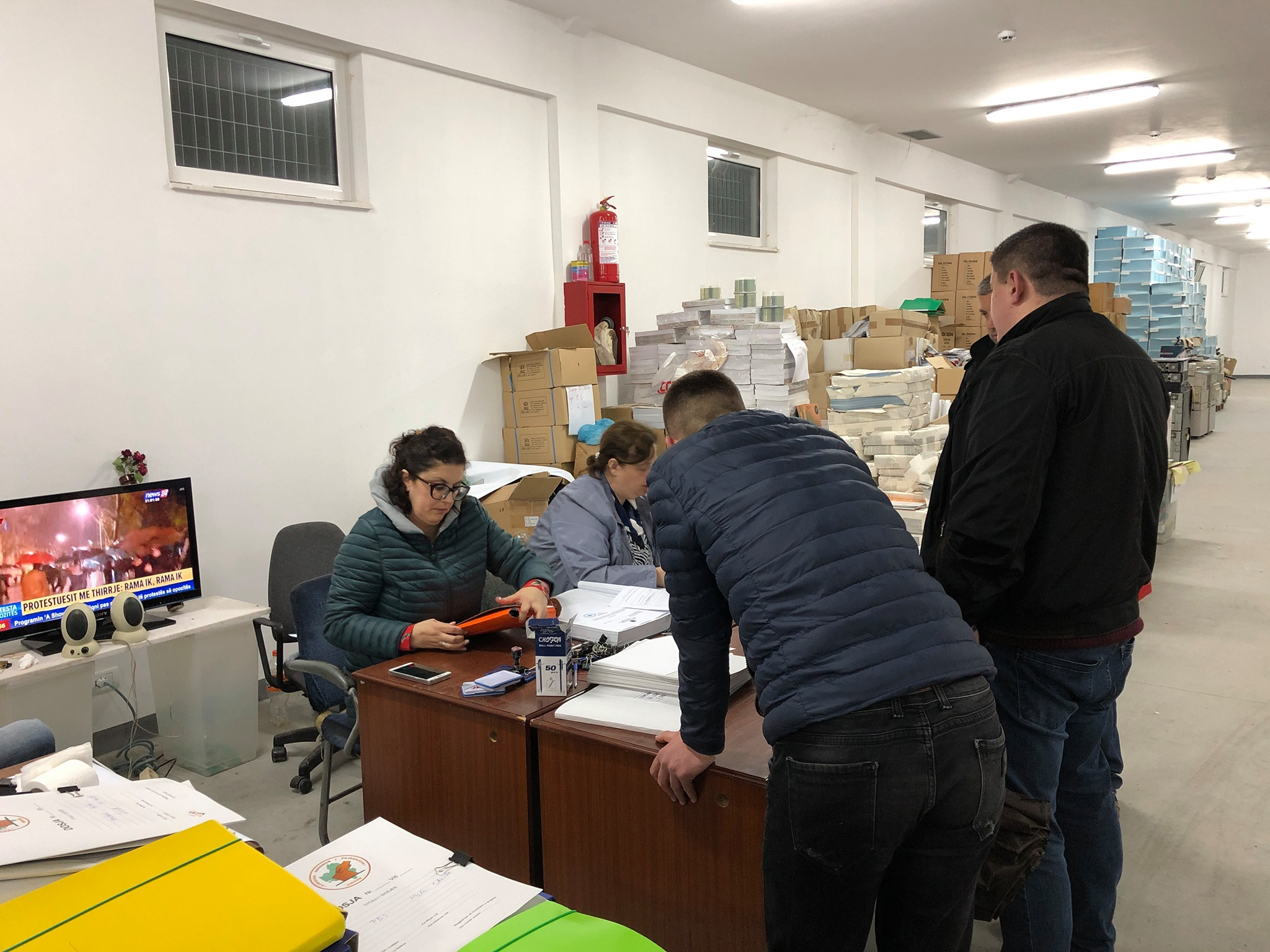 Frika nga protestat dhe afatet, KQZ-ja improvizohet në magazina dhe regjistron kandidatët e zgjedhjeve në Lundër