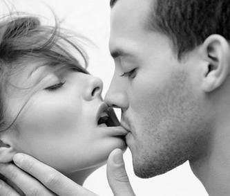 Kafshimi në buzë gjatë puthjes me partnerin, me çfarë lidhet ky instikt...