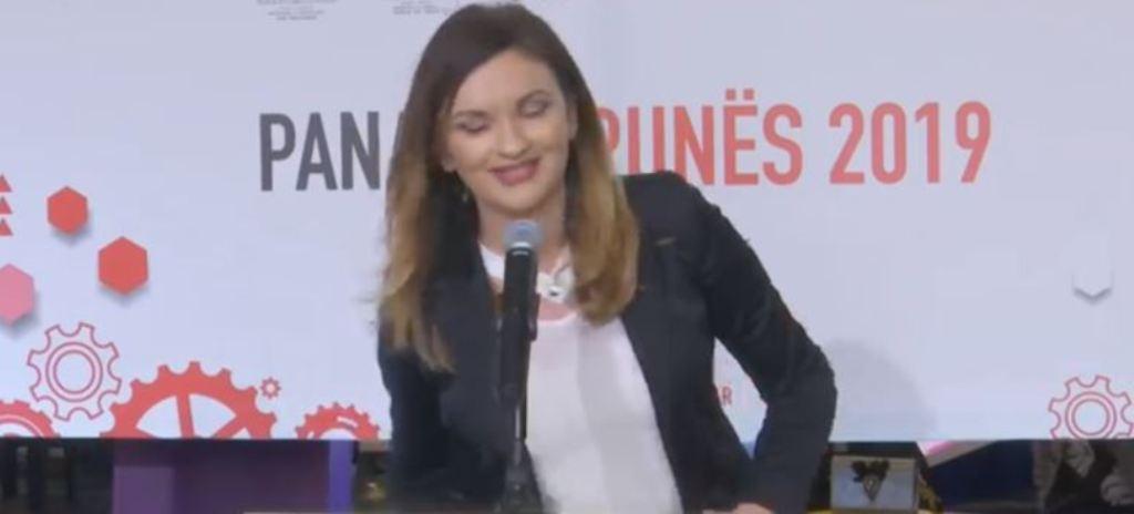 Zv-ministrja 28-vjeçare e Arsimit e bën lëmsh fjalimin dhe i fut një të qeshur, shikoni çfarë proverbi i del nga goja (VIDEO)
