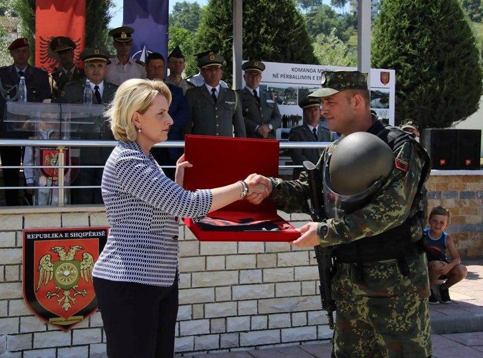 """Ish-ministrja kujton ceremoninë e nisjes së Major Tanushit në Letoni: """"Do të mbetesh i paharruar në zemrën time!"""""""