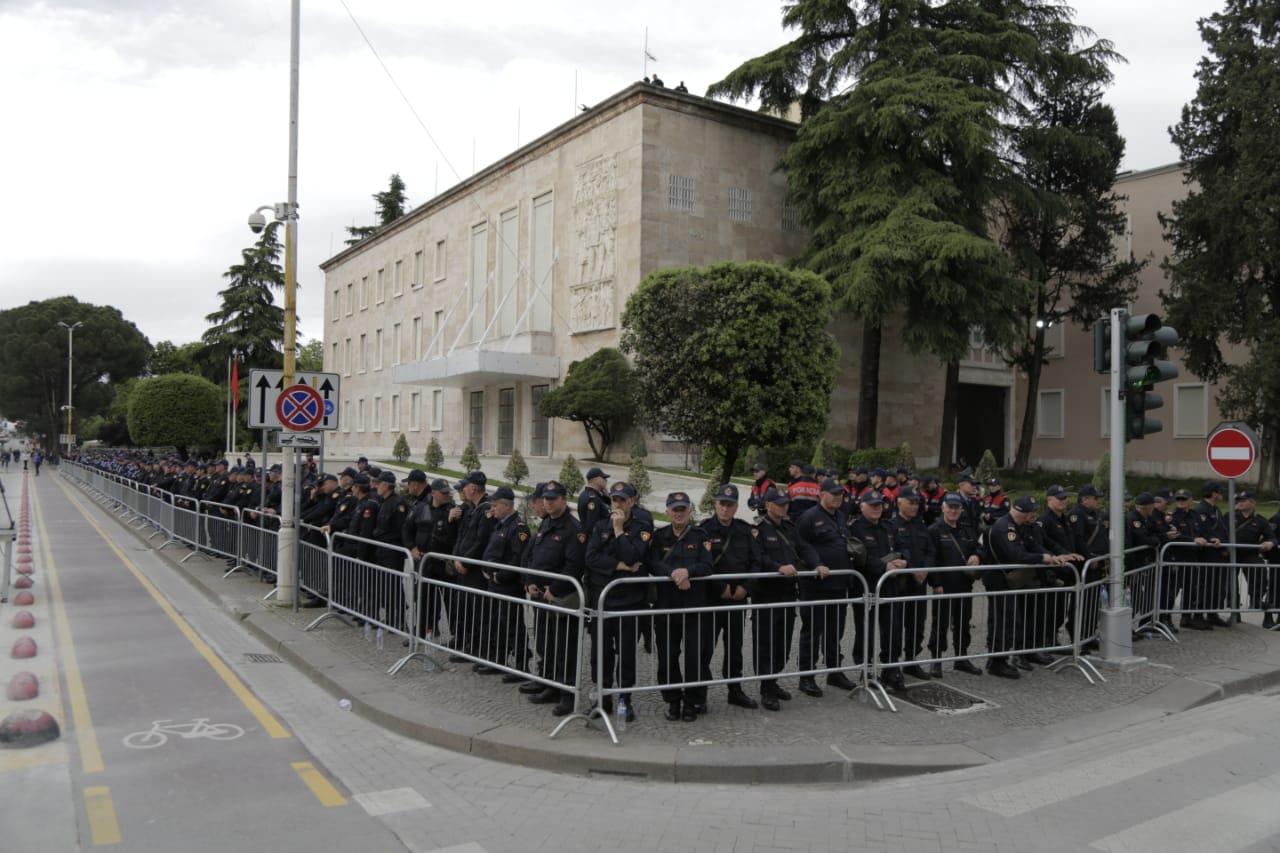 Masat për protestën, rrethohet me gardh metalik Kuvendi dhe Kryeministria, Policia angazhon në terren 1500 efektivë