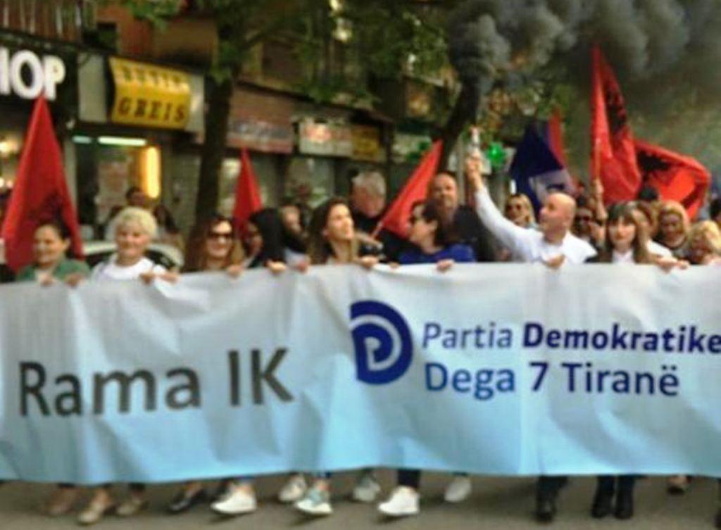 Protestuesit e opozitës po i afrohen Kryeministrisë