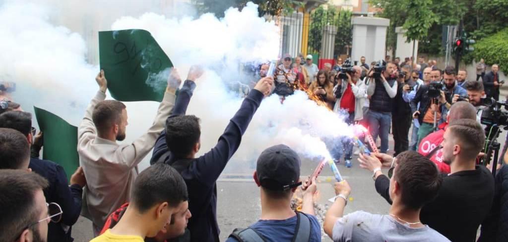 PROTESTË NJËORËSHE/ Flakadanë dhe tymuese, studentët thyejnë xhamat e Ministrisë së Arsimit. Pesë kërkesat