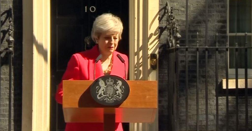 THERESA MAY/ Ikje mes lotëve, kryeministrja britanike lajmëron dorëheqjen