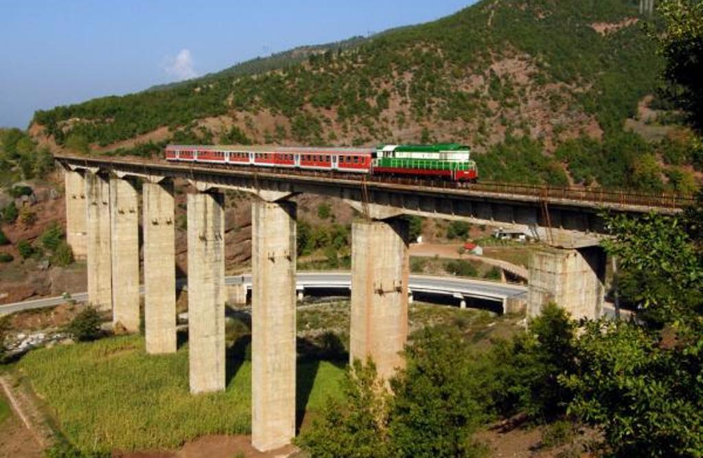 Në Shqipëri treni dikur nisej në 7 pa 5! Njihuni me 11 hekurudhat më të bukura në botë! Foto