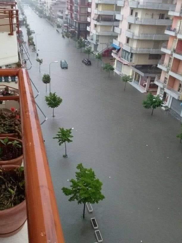 """Një """"dorë"""" shi dhe Vlora shndërrohet në Venecia!"""
