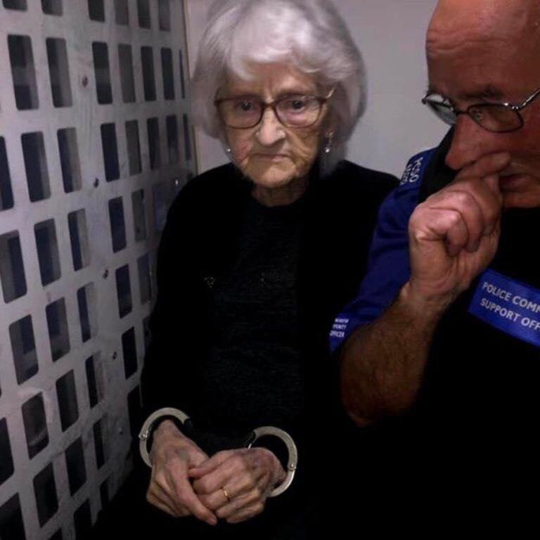 """Realizoi dëshirën e saj të madhe, arrestohet gjyshja """"e rrezikshme"""" 93-vjeçare"""