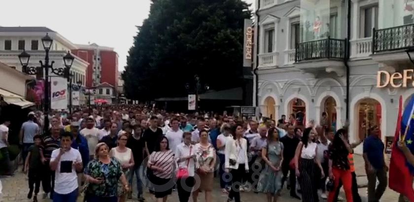 Tensione në Shkodër, PD marshon në rrugë, policia përdor gaz lotsjellës, lëndohet një grua