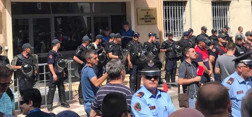 """SHKODËR/ Dhjetëra """"specialë"""" me maska para gjykatës për Bardh Spahinë, vazhdojnë arrestimet në Kukës e Tropojë"""