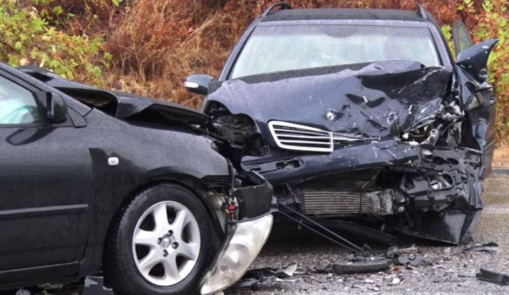 Aksidenti,  përplasen dy automjete, plagoset rëndë drejtuesi i mjetit
