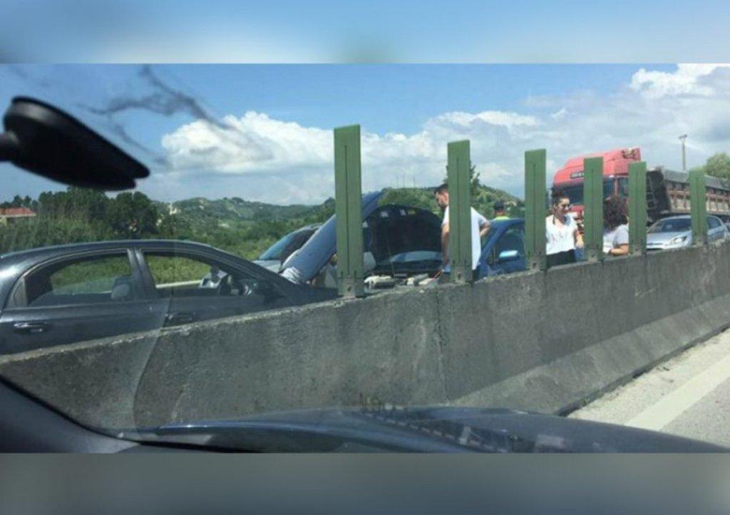 Vorë/ Përplasen tre automjete në autostradë, humb jetën njëri prej shoferëve