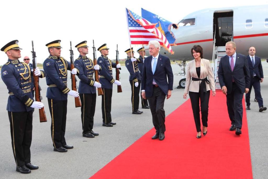 Festohet 20-vjetori i Çlirimit nga Serbia, Bill Clinton mbërrin në Prishtinë