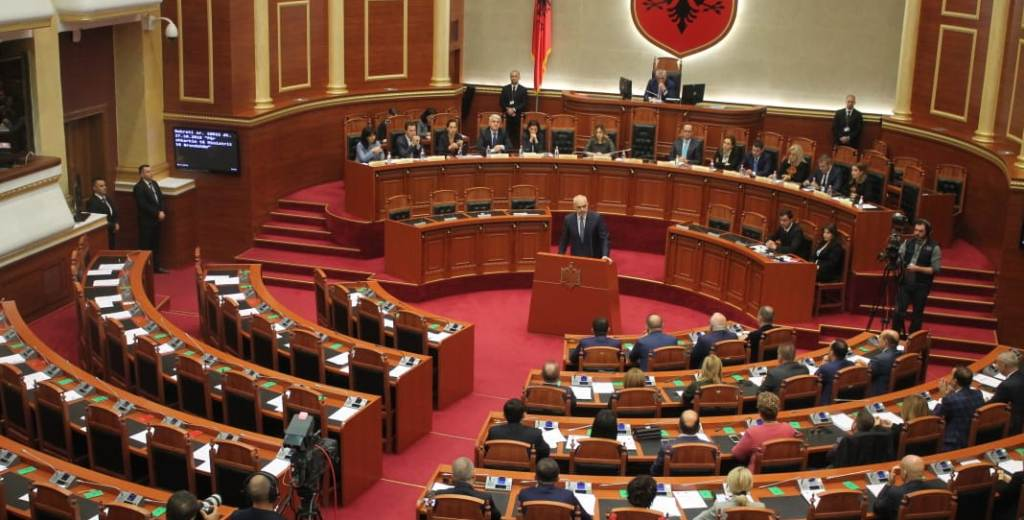 Kuvendi, planifikohen pesë orë debat për dekretin e Metës (llogaritë e shkarkimit të Presidentit)