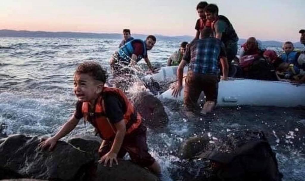 Një imazh, një poemë! Sidrit Bejleri godet anti-humanizmin: Nuk është biri yt… fli i qetë!