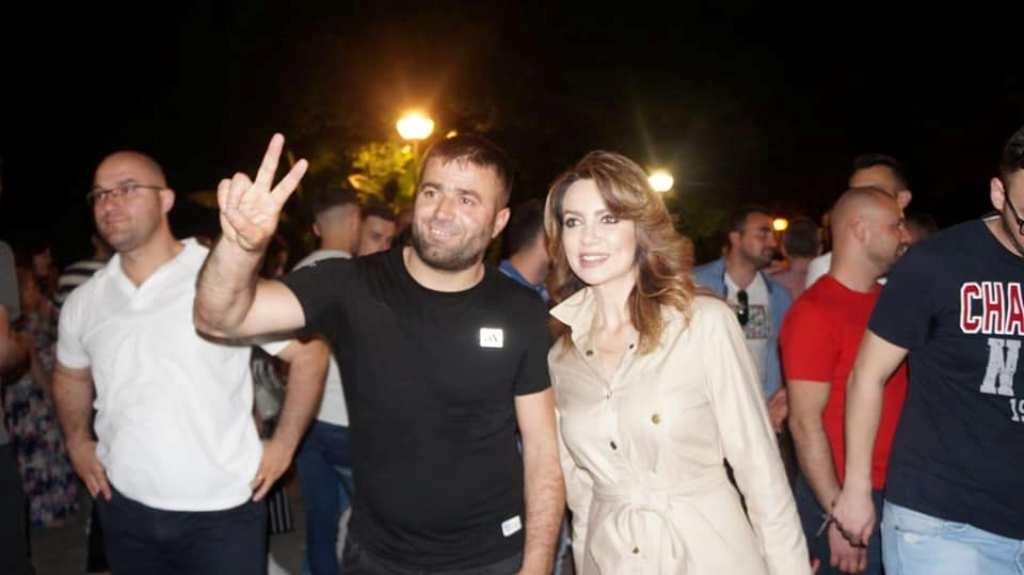 Protesta, të gjithë duan një foto me Grida Dumën!