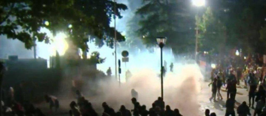 Tensionohet situata tek parlamenti, policia përdor ujin dhe gazin lotsjellës