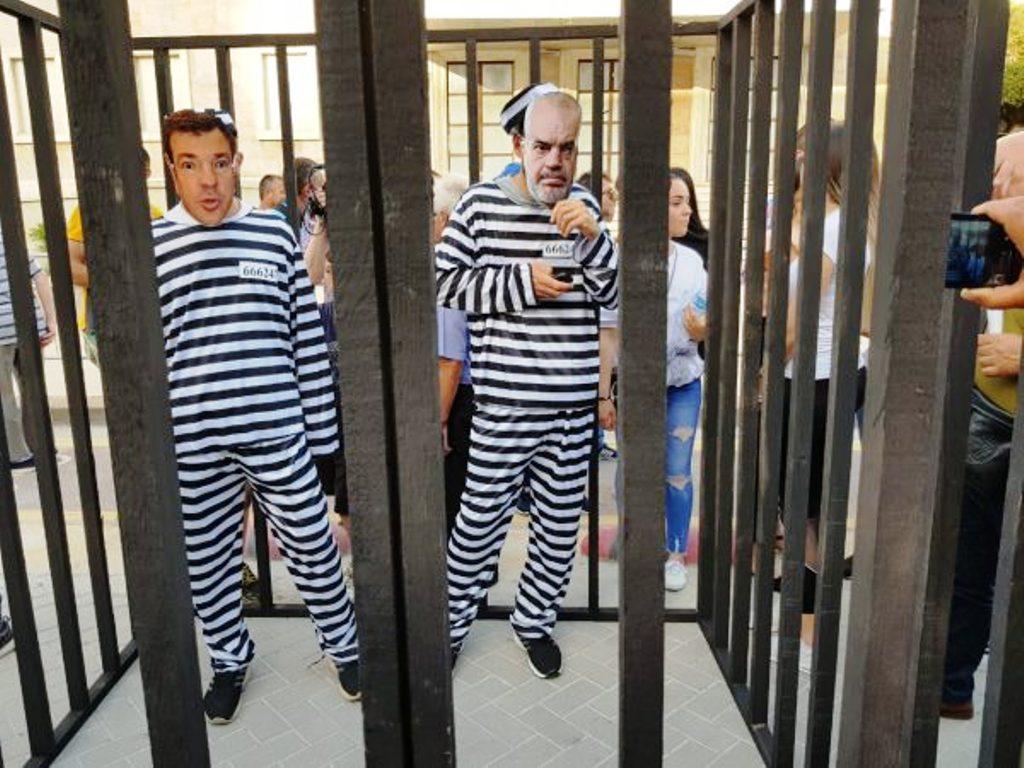 """Të rinjtë e PD-së, """"çojnë në qeli"""" Ramën dhe Dakon"""