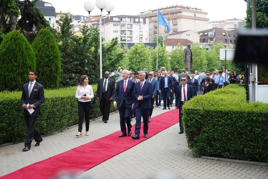 Clinton: E gjithë bota duhet ta shoh Kosovën vend të demokracisë