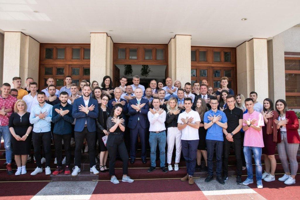 Meta, me studentë nga trojet shqiptare: Kushtetuta do të mbrohet deri në fund me qetësi dhe...