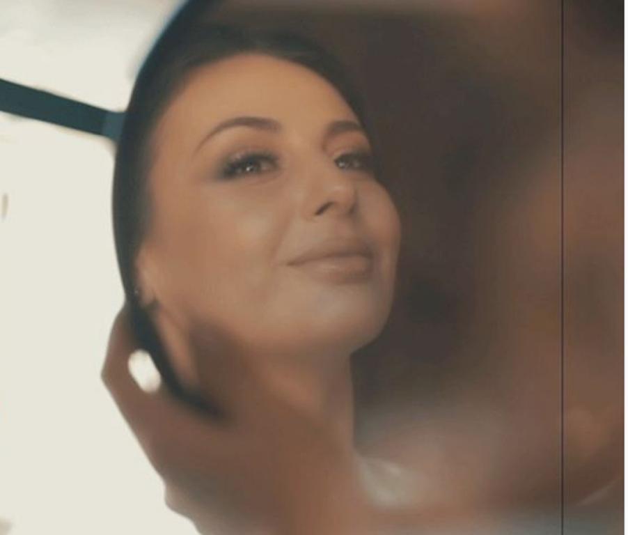 """Ami para pasqyrës ngjan sikur thotë, """"kush është më e bukura...në Tiranë!"""""""