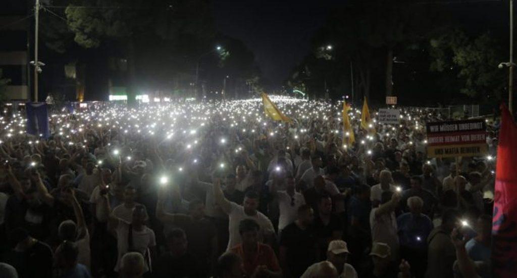 """""""LUMË DRITE""""/ Nis marshimi, protestuesit dhe policia zhvendosen drejt Kuvendit"""