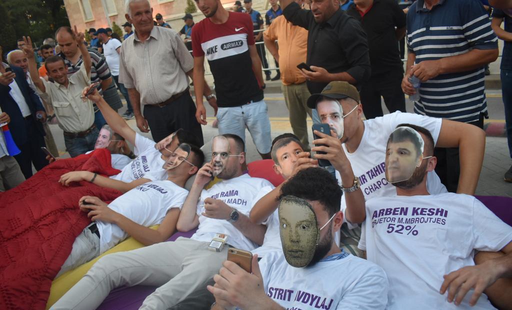 """""""Në shtrat me krimin"""", nis protesta e opozitës me përgjimet për pazaret e votave"""