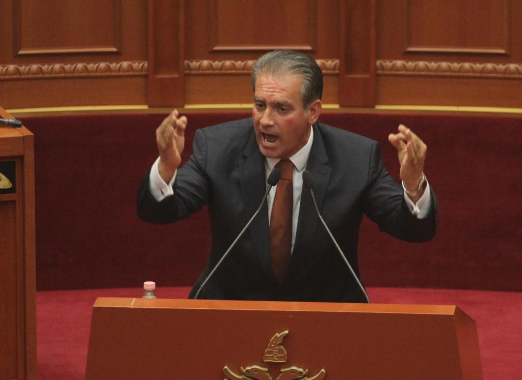 """Nën """"akuzë për tradhti"""", deputetin e opozitës së re e nxjerrin nga lokali përmes fyerjeve (Foto)"""