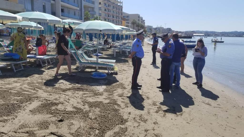 """Detit i dolën """"pronarë"""", aksion në plazhin e Durrësit, policia largon shezllonet pa leje"""