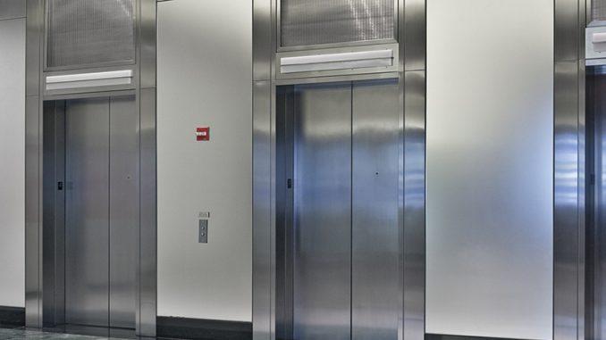 Mbeti në ashensor për 72 orë vetëm, gruan e shpëtoi vera