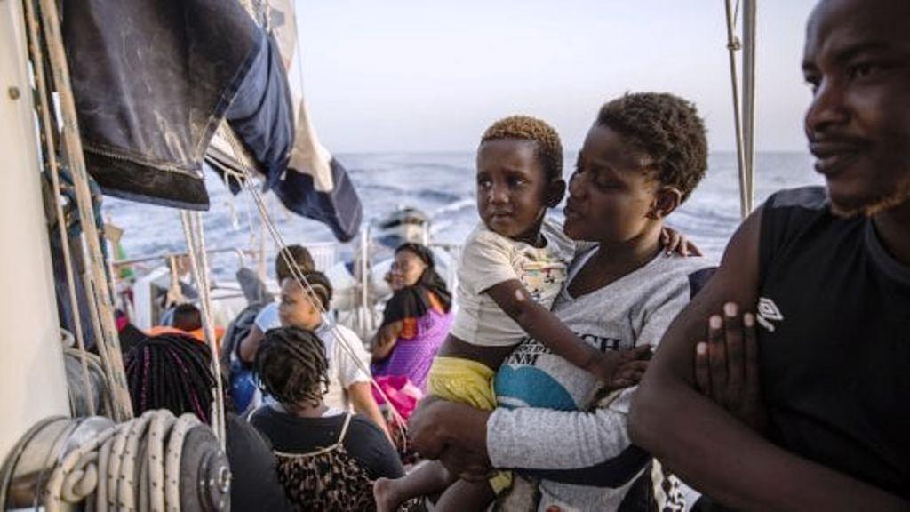 """Italia i tregon """"dhëmbët"""" BE-së, nuk pranon që anijet me emigrantë të akorohen në bregun e saj"""