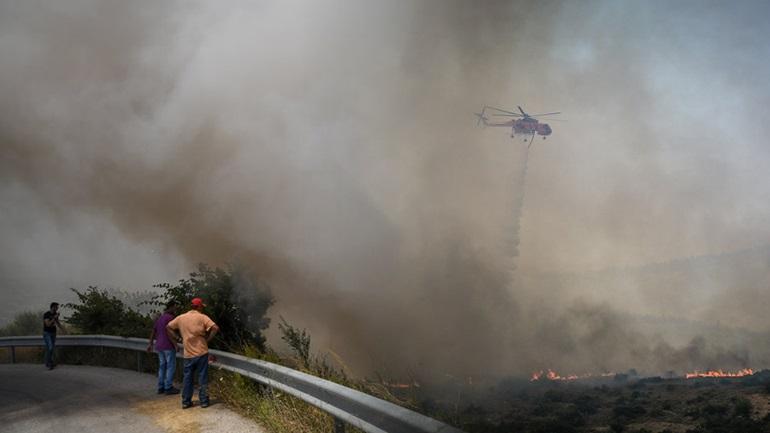 Zjarret në Greqi, 4 fshatra luftojnë me flakët, 250 zjarrfikëse, helikopterë e makina në aksion