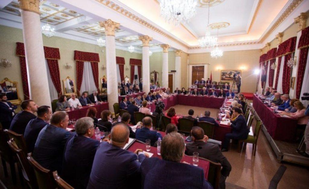 PS mbledh grupin Parlamentar, në fokus komisioni hetimor për shkarkimin e Metës