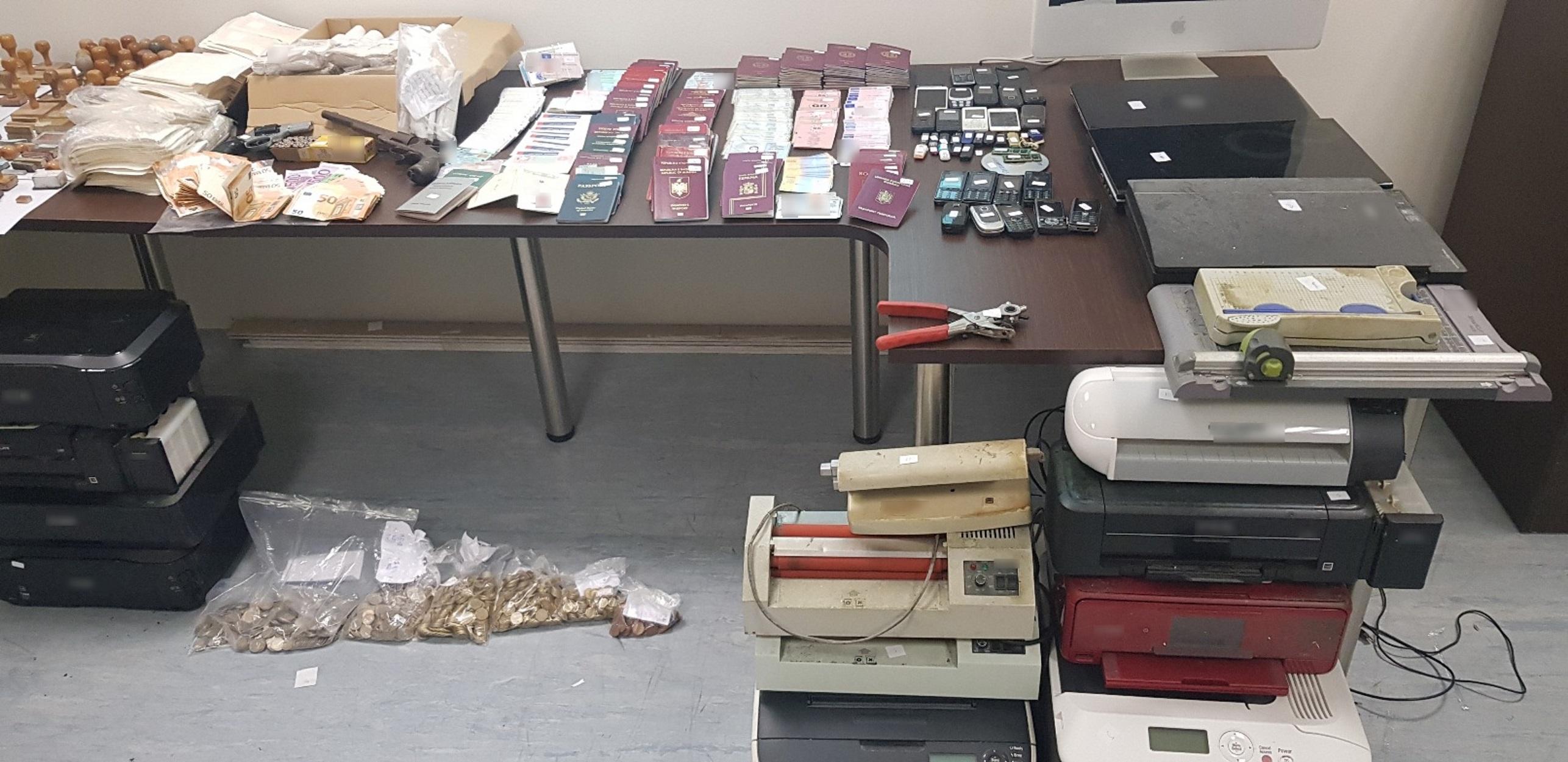 Arrestohet shqiptari në Athinë, shtëpinë e kishte kthyer në laborator të falsifikimit të dokumentave