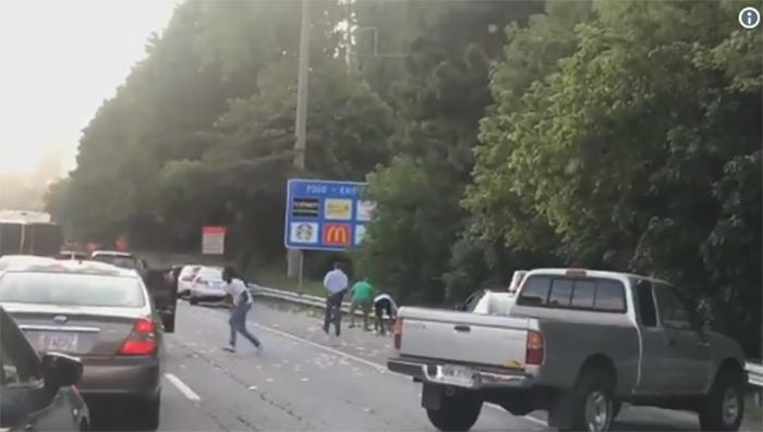 """VIDEO/ Paratë """"fluturojnë"""" në autostradë, shihni si """"vërsulen"""" shoferë për t'i mbledhur në mes të rrugës"""