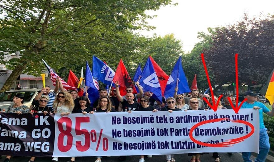 Socialistët tallen dhe qeshin me gafën e banderolës së PD-së, Pjerin Ndreu: Shiko çfarë thonë...!