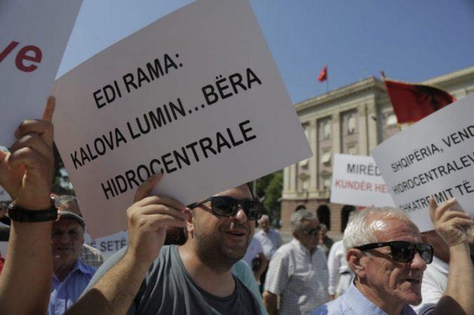 Qytetarët, protestë para kryeministrisë, janë kundër ndërtimit të HEC-eve