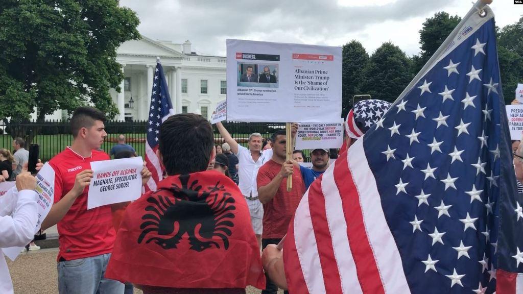 Shqiptarët e Amerikës para Shtëpisë së Bardhë, lutje Presidentit Trump: Largo Sorosin nga Shqipëria!