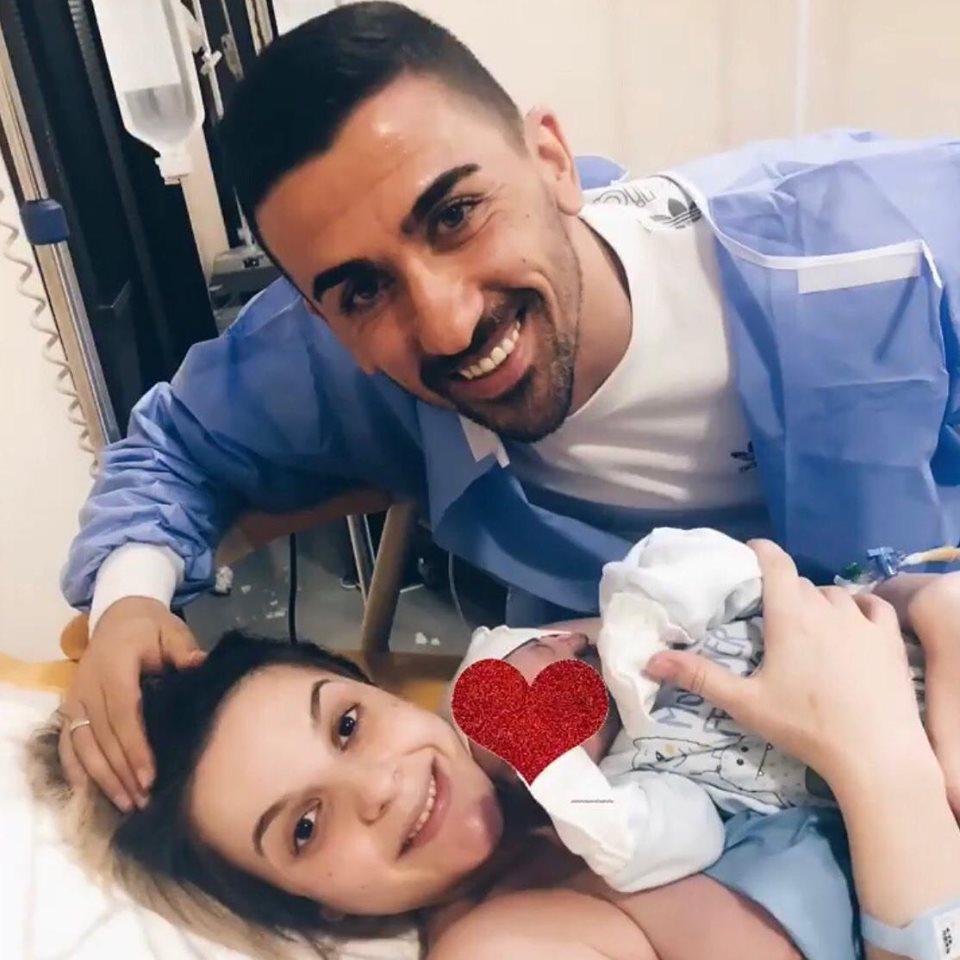 Futbollisti kuqezi bëhet baba për herë të parë. E si mund ta fshehë gëzimin e tij!