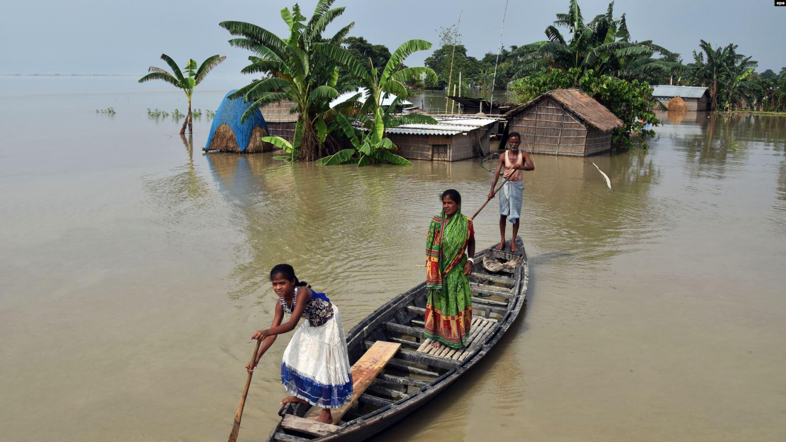 Mbi 100 njerëz gjejnë vdekjen nga përmbytjet në Indi