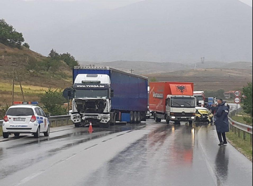 Aksident në aksin Korçë-Pogradec/ Trajleri përplas makinën me targa greke, humb jetën shoferi