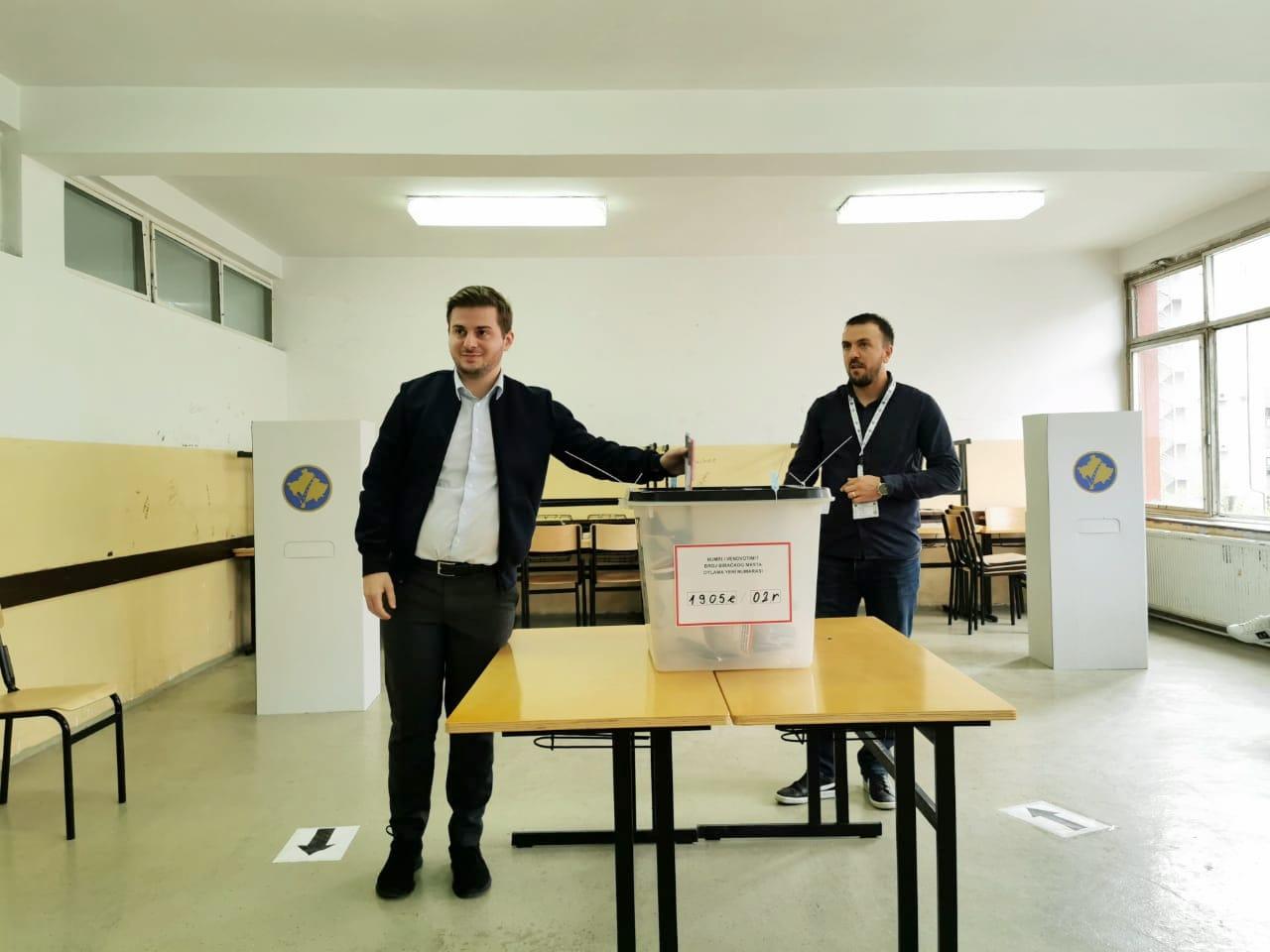 """Gent Cakaj voton në Prishtinë, """"pafundësisht krenar me Republikën e Kosovës"""""""