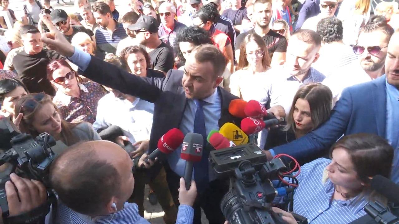 Shoqërohen tre banorë, protestë  para drejtorisë së Policisë, Klevis Balliu: Policia trajton më mirë nipin e Enver Hoxhës